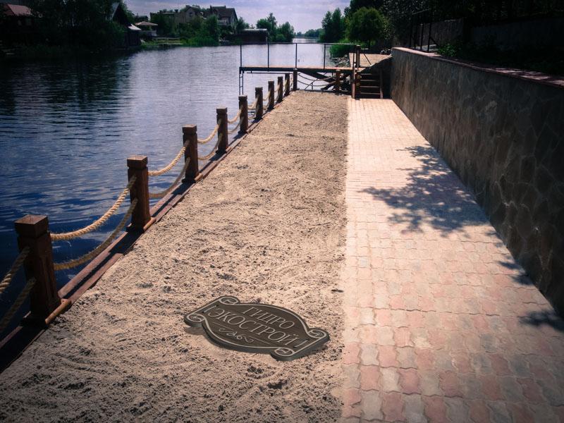 Укрепление берега, выполненное дубовыми сваями.