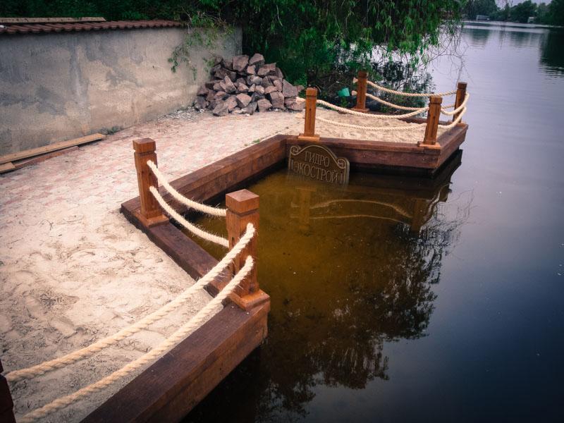 выполненное укрепление берега дубом.