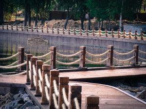 Пример укрепления берега дубом. Работа компании ГидроЭкоСтрой.